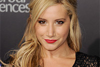 Ashley-tisdales-red-lipstick-for-blonde-hair-side